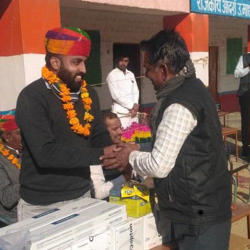 Vikram Yadav, o responsável local (EDEN Renewable India - 50% Total Eren) durante uma distribuição de oferta de ventoinhas para a escola da Escola Secundária de Badi Seed, perto da usina fotovoltaica SECI-Bap (Rajasthan, Índia, 2018).