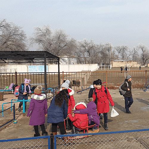 O novo parque infantil feito para as crianças da escola de Alga, financiado pela Total Eren e pela Metka EGN em parceria com o Conselho da Área Rural de Alga e o Conselho do Governo Público de Alga (Cazaquistão, 2019).