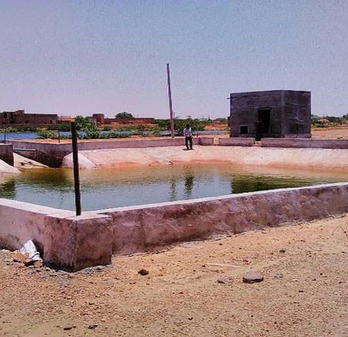 Reservatório de água construído pela EDEN Renewables India (50% Eren total) para a vila de Badi Seed perto da Central Solar Fotovoltaica de SECI-Bap (Rajasthan, Índia, maio de 2017).