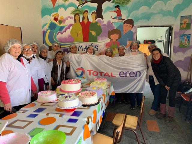 Constanza Mateos (à droite), Responsable des relations communautaires chez Total Eren Argentina, durant un atelier de pâtes et de pâtisseries en partenariat avec l'ONG «Caritas ». Grâce aux enseignements dispensés durant ces formations, les participants ont développé par la suite leur propre coopérative. (San Luis, Argentine, Mai - Décembre 2019).