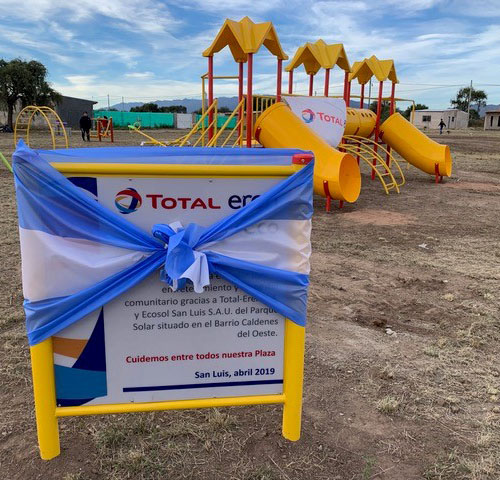 Inauguration d'une aire de jeu et du square 'Plaza Jorge Palacios' au bénéfice de la population avoisinant la centrale solaire de Caldenes del Oeste (San Luis, Argentine, Mars 2019).