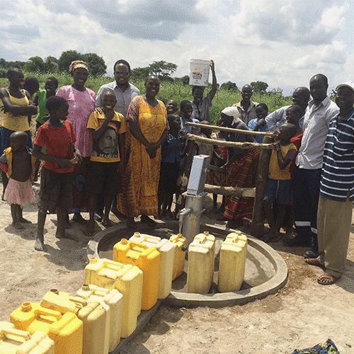 Inauguração de poços para captação de água nas aldeias de Alaki e Omuron, próximas da Central Solar Fotovoltaica de Soroti. Através destes poços, as pessoas podem obter água limpa para cozinhar, lavar e para variadas utilizações domésticas (Uganda, junho de 2017).